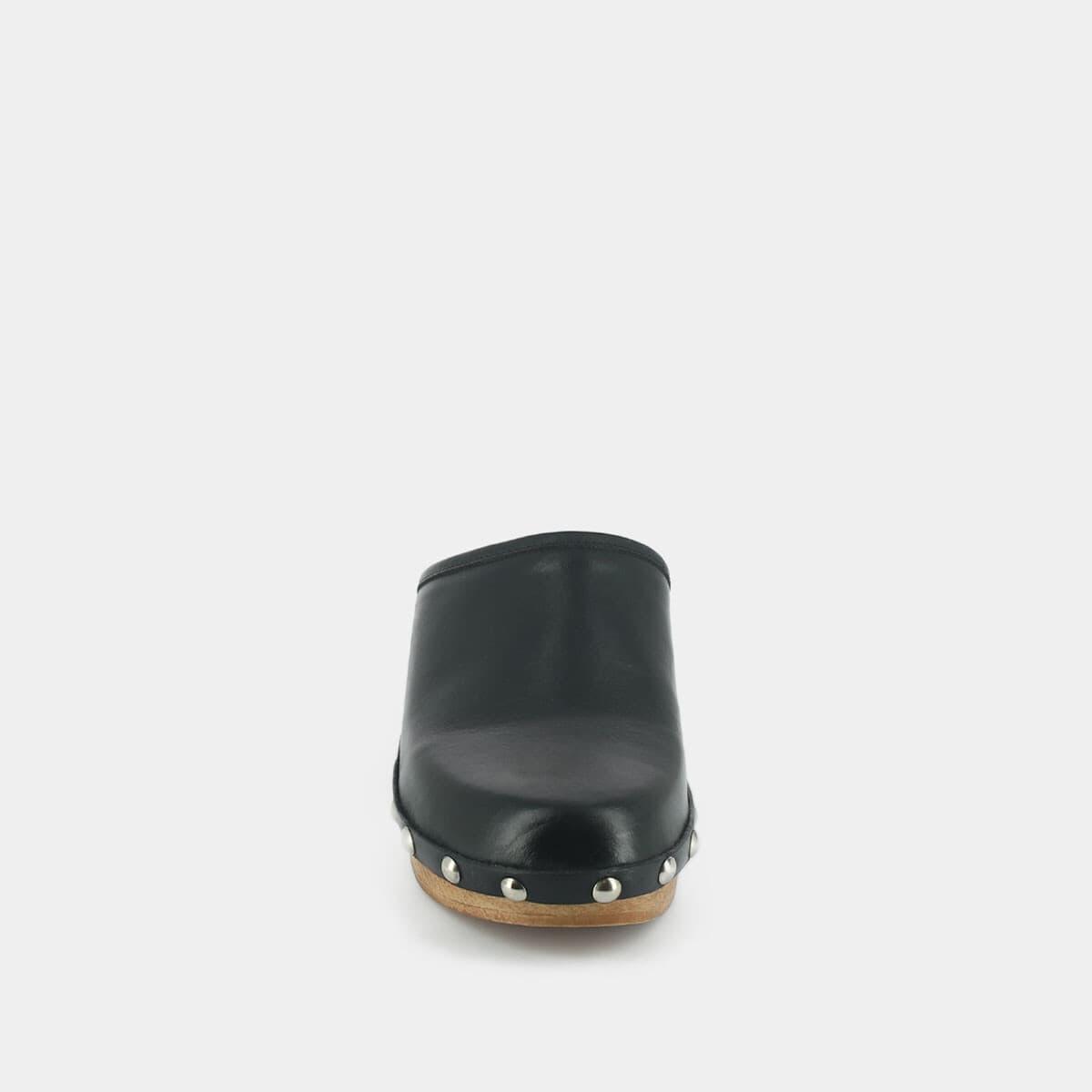 Sabots à clous en cuir noir